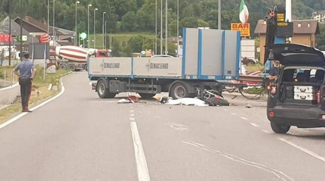 Sonico con la moto finisce sotto il camion muore centauro 26enne