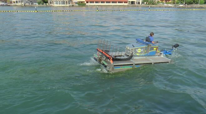 battello spazzino al lavoro sul lago d'Iseo