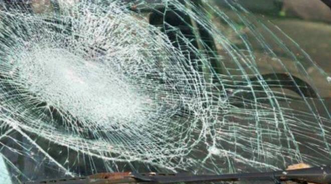 Gussago mazzate contro il vetro di un'auto in sosta Intimidazione