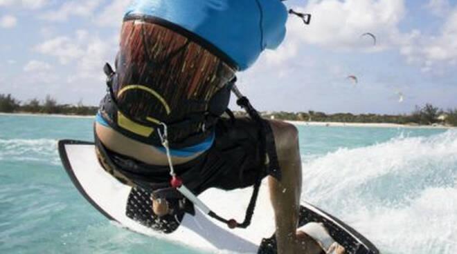 Limone ferito al volto in kitesurf sportivo portato in ospedale