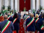Brescia sindaci e istituzioni in piazza Duomo per ricordare le vittime Covid
