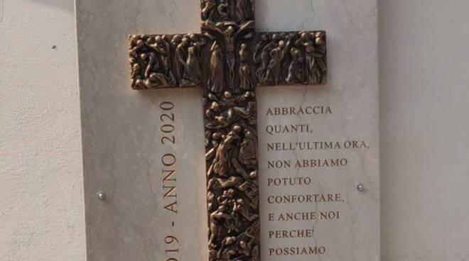 Castegnato rubata dal cimitero la croce in bronzo dedicata a vittime Covid