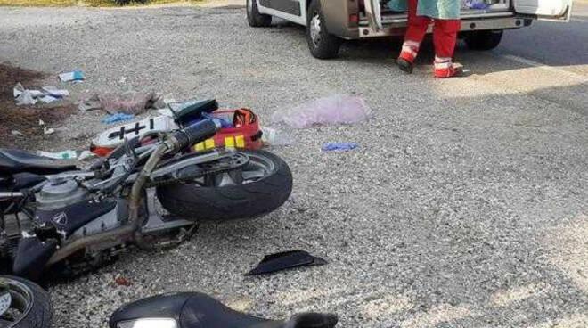 Visano scontro tra auto e moto centauro ferito a una gamba