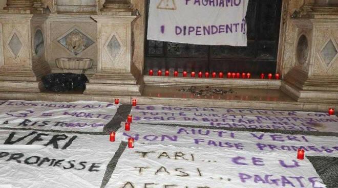 Brescia in piazza va in scena il funerale dei locali prima del coprifuoco