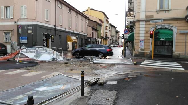 Brescia, in via Milano disagi per le raffiche di vento