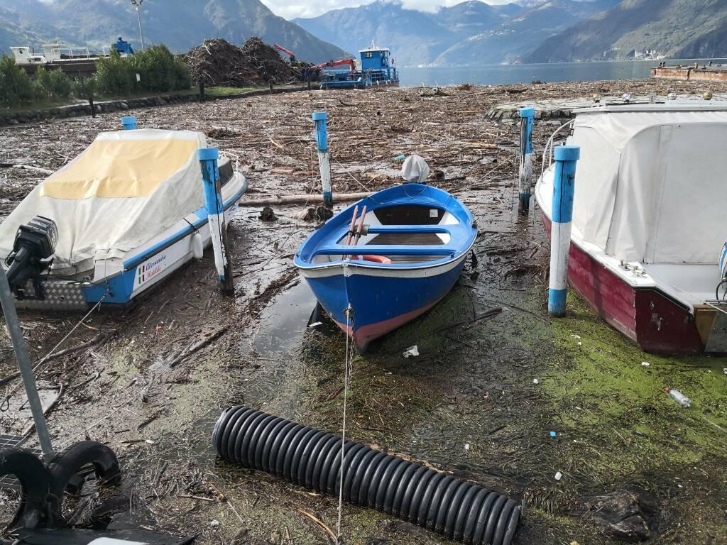 destriti e materiale nel lago d'Iseo