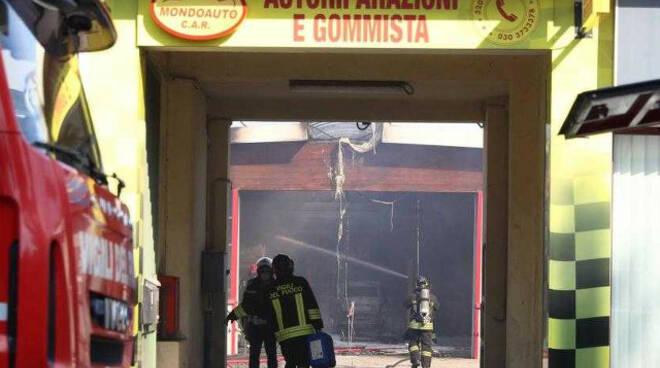 Incendio nell autofficina bruciate anche due auto Struttura inagibile
