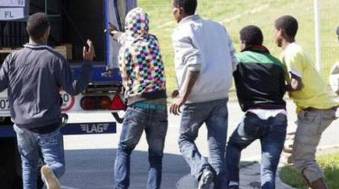 Rovato dal camion escono cinque giovani imbucati in Serbia
