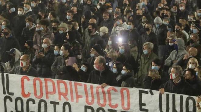 Brescia bomba carta rovina il presidio anti-Covid ferito un ultrà