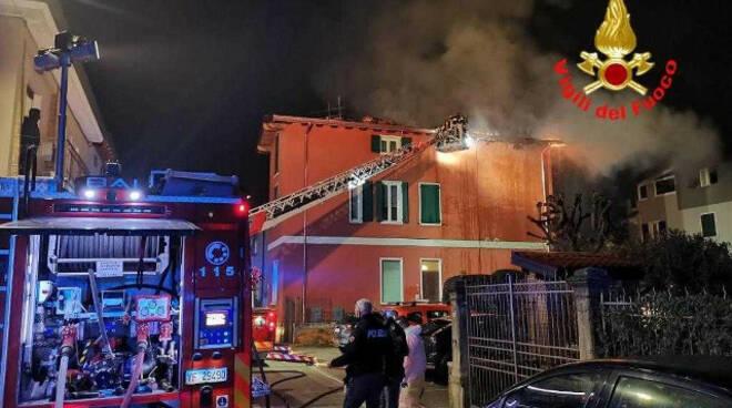 Brescia tetto in fiamme a Urago Mella palazzina inagibile