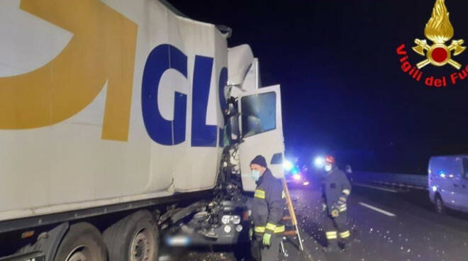 Calcinato impatto di notte tra due camion in A4 feriti conducenti