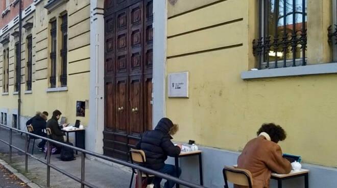 Scuola e Dad al Calini di Brescia quattro studenti fanno lezione fuori