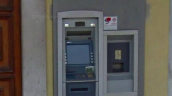 Gambara colpo notturno al bancomat Ladri via con il bottino