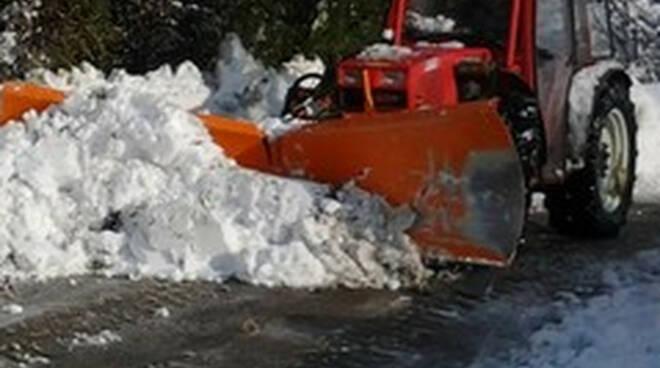 Bagolino si ribalta sulla ruspa mentre toglie la neve operaio ferito