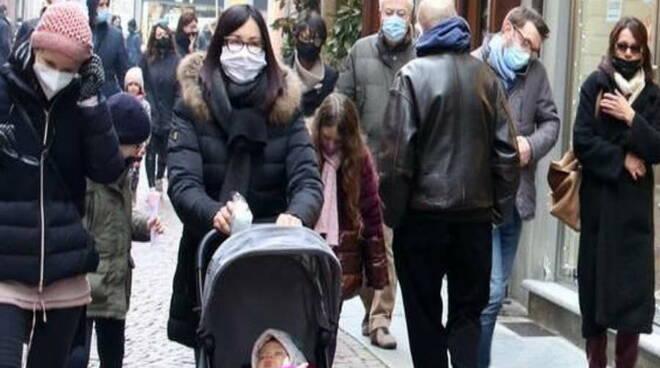 coronavirus mascherina shopping gente strada