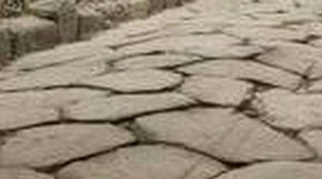 Erbusco dai lavori a un distributore emerge antica via romana
