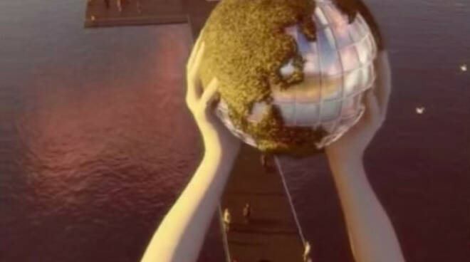 Lago Iseo Quinn dopo Christo Mani che sollevano un globo