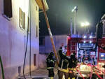 Prevalle incendio sul tetto di una palazzina residenti sfollati