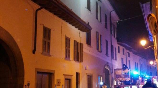 Chiari fiamme di notte su una palazzina due appartamenti inagibili