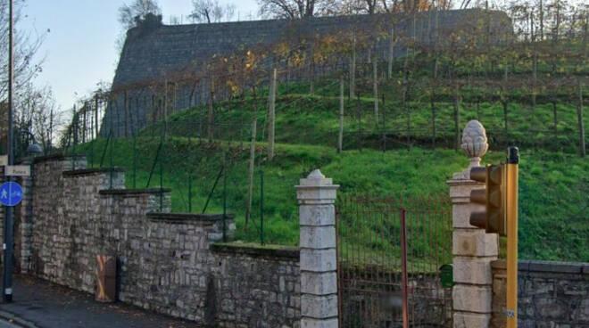 Brescia cè chi si diverte a lanciare le transenne dal Castello