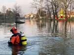 Vigili del fuoco sommozzatori impegnati nel fiume Oglio a Palazzolo
