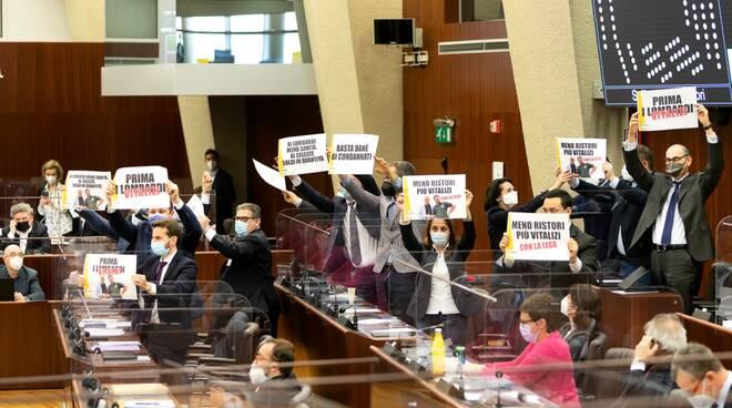 proteste vitalizio Formigoni M5S