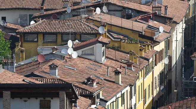 Brescia tetti vicolo due torri