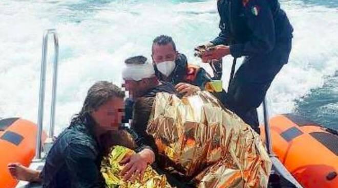 Lago di Garda motoscafo affonda salvato gruppo di turisti austriaci