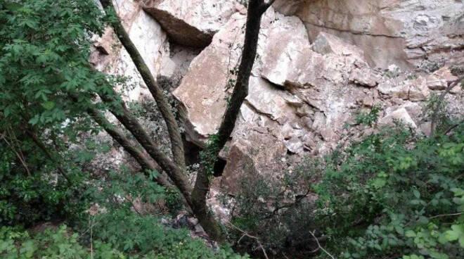 Toscolano nella Valle delle Camerate cade una frana scatta allerta