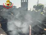Fiesse tetto di casa in fiamme nella notte una famiglia sfollata