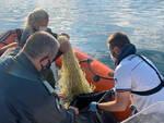 Manerba recuperati nel Garda 2 km di rete killer vicino Isola dei Conigli