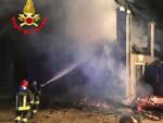 Provaglio Valsabbia fienile in fiamme Notte di lavoro per i vigili del fuoco