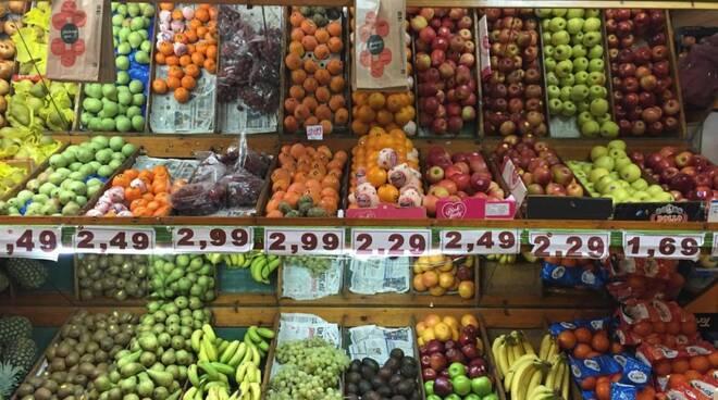 frutta e verdura bancarella