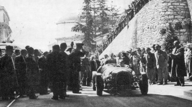 Galleria Brescia 28 aprile 1951 inaugurazione sindaco Bruno Boni su Jaguar di Clemente Biondetti